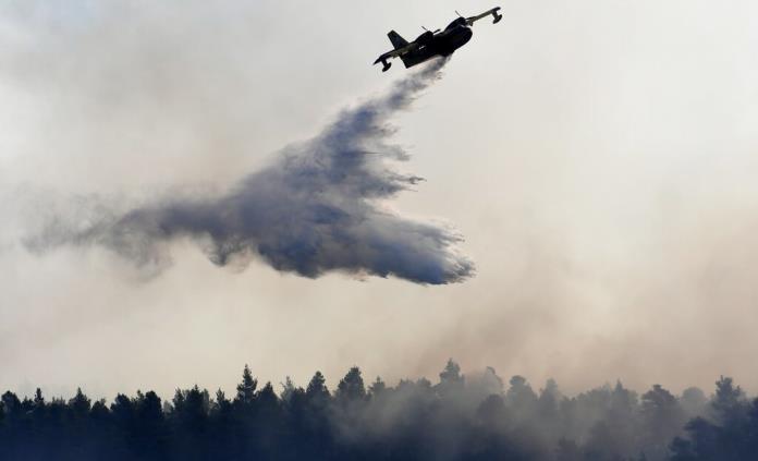 Aviones reanudan lucha contra el fuego en isla griega