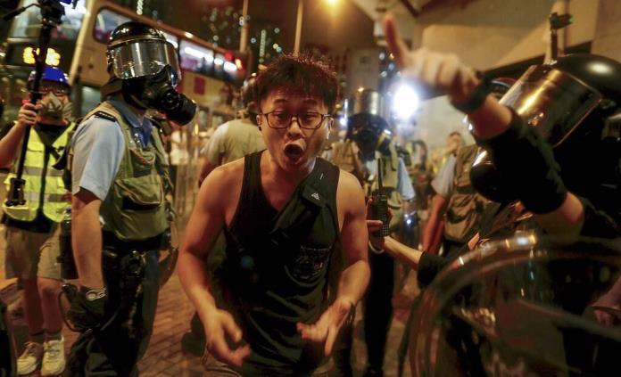 Policía reprime protesta frente a comisaría en Hong Kong