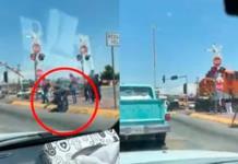 VIDEO: Pasajeros saltan de autobús para evitar ser impactados por tren en Durango