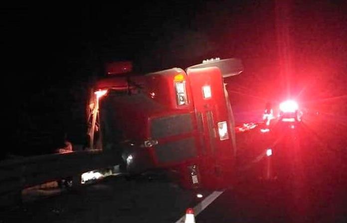 Muere trailero en volcadura en autopista