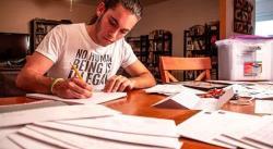 Con cartas escritas a mano, joven devuelve humanidad a indocumentados en EEUU