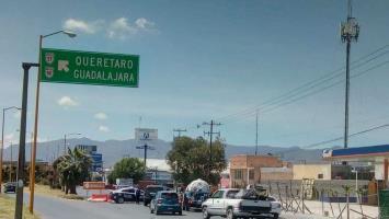 Orientan a automovilistas sobre cierre en carriles laterales de la carretera a Matehuala