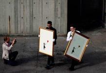"""Exhiben grabados de """"Niña con globo"""" de Banksy en Londres"""