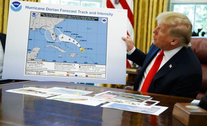 Trump niega haber ordenado refutar a los meteorólogos que lo desmintieron