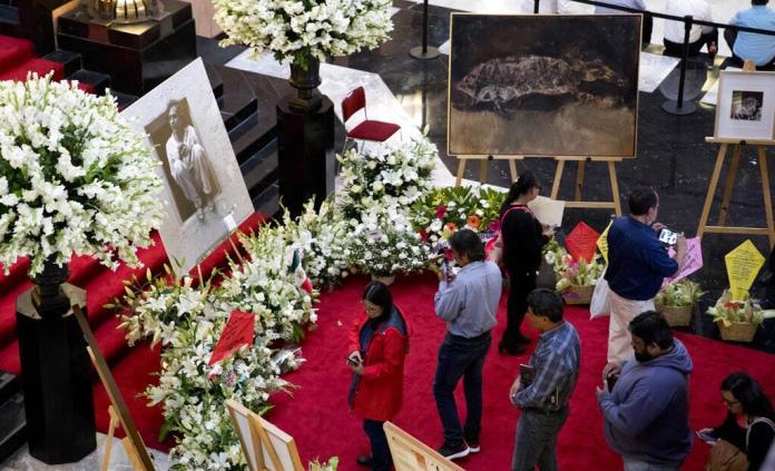 Multitudinario y emotivo adiós al maestro Toledo en Bellas Artes