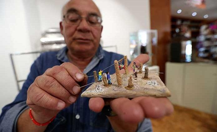 Con pasión, Mario elabora títeres miniaturas