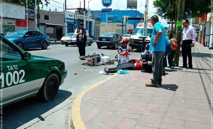 Al detenerse por pasaje, taxi arrolla a motociclista