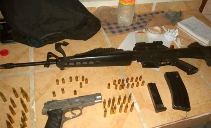 Caen tres hombres armados en San Ciro; aseguran vehículo