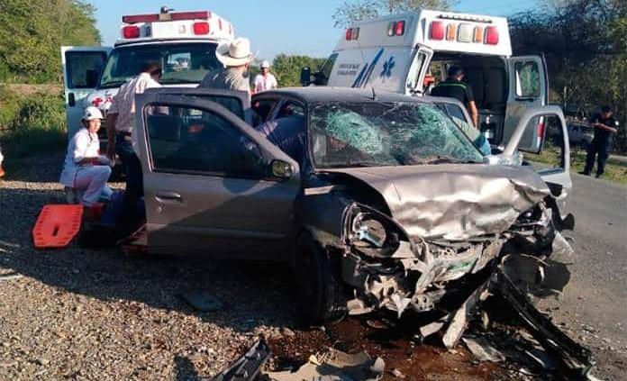 Encontronazo deja un muerto en carretera San Vicente-Tanquián