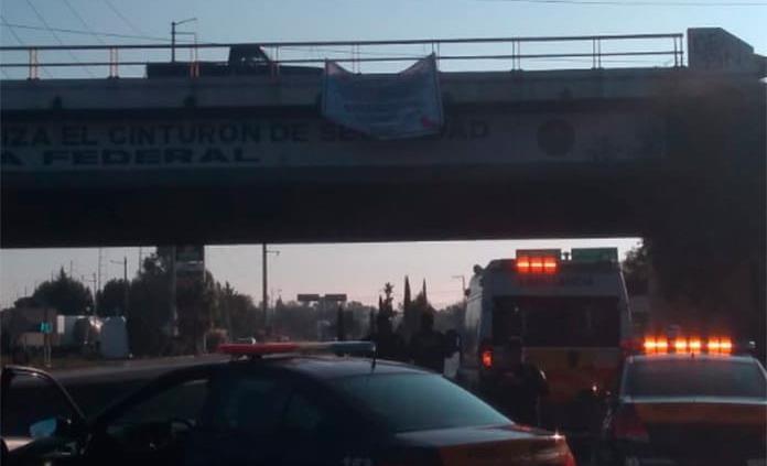 Colocan manta con amenazas en puente de Periférico