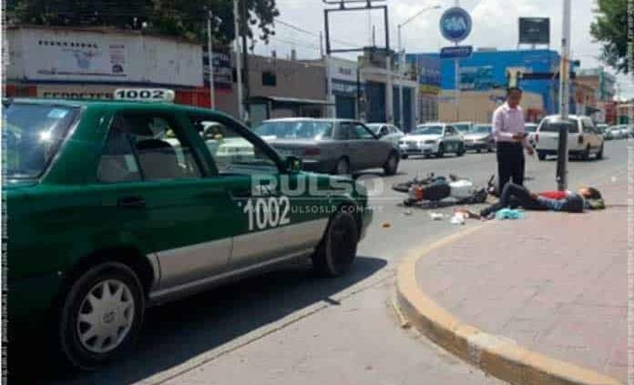 Taxista impacta a joven en motocicleta en Avenida Universidad