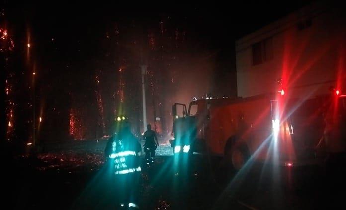 Se incendia entrada del fraccionamiento Los Sauces en Rioverde (VIDEO)