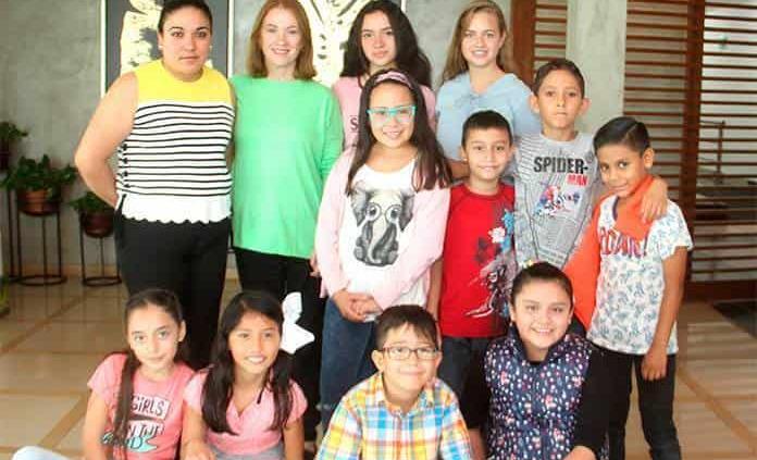 Niños reciben catecismo para realizar su primera comunión en el Club Deportivo Potosino