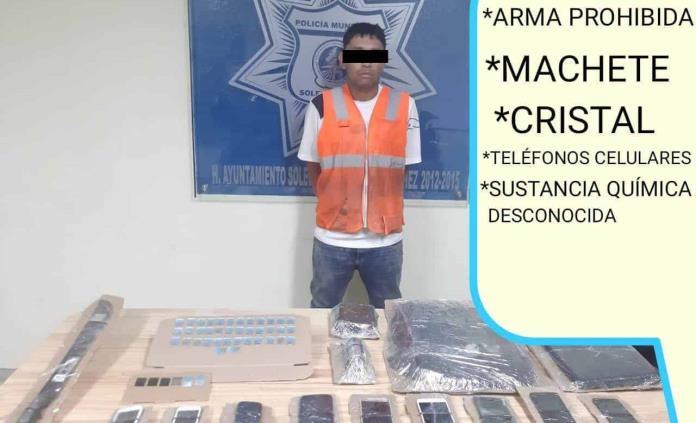 Arrestan a un hombre con machete, droga y celulares presuntamente robados