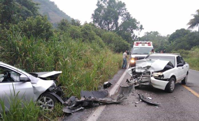Un lesionado, saldo de choque de frente en carretera de Axtla