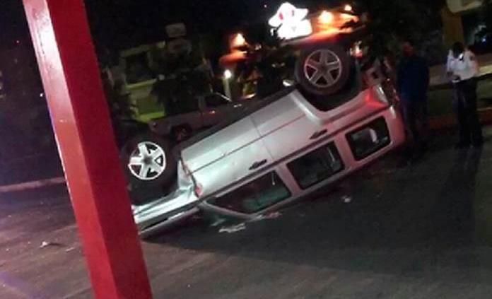 Camioneta choca contra autos y luego se vuelca