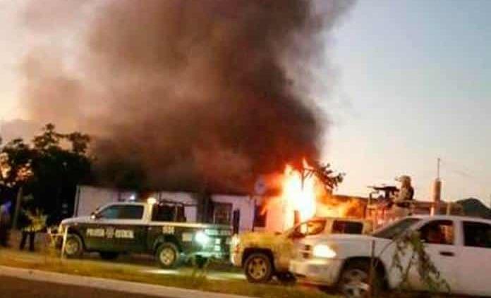 Grupo armado incendia vivienda