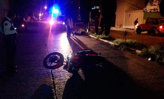 Muere hombre en moto al chocar contra un poste