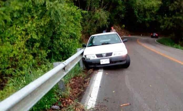Vehículo se impacta contra un muro de contención en Valles