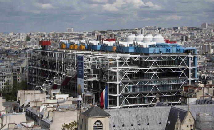 Un cuadro de Buren, gravemente degradado por un visitante en el Pompidou