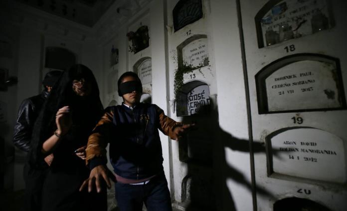 Visitas nocturnas a cementerio ecuatoriano promueven reflexión