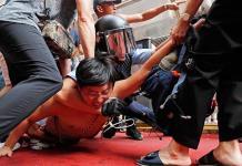 Manifestaciones contrarias chocan en centro comercial de Hong Kong