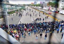 Policías federales bloquean AICM