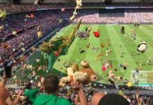 Aficionados del ADO arrojan miles de peluches a niños enfermos del Feyenoord