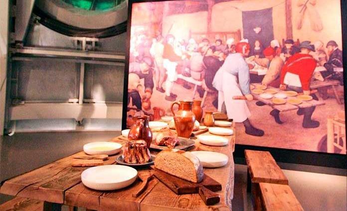 Convertirse en comensal en una obra de Bruegel es posible ahora en el Atomium de Bruselas