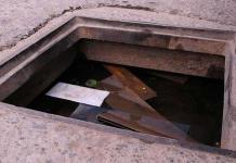 Registro sin tapa causa accidentes en Av. Juárez