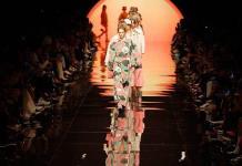 Estampados tropicales reinan en el debut de Venturini con Fendi sin Lagerfeld