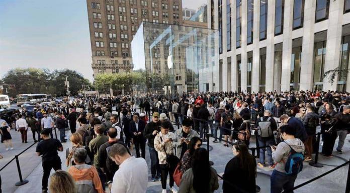 Apple reabre su icónica tienda del cubo de cristal en Nueva York'>