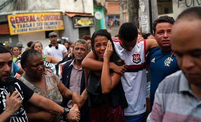Muerte de niña por una bala perdida genera indignación en favela de Río de Janeiro