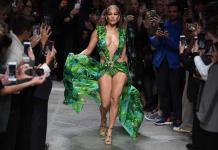 Jennifer Lopez impacta de nuevo con vestido de Versace