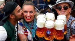 Fluye la cerveza en Múnich al comenzar el Oktoberfest