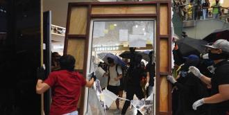 Policías y manifestantes se enfrentan en centro comercial de Hong Kong
