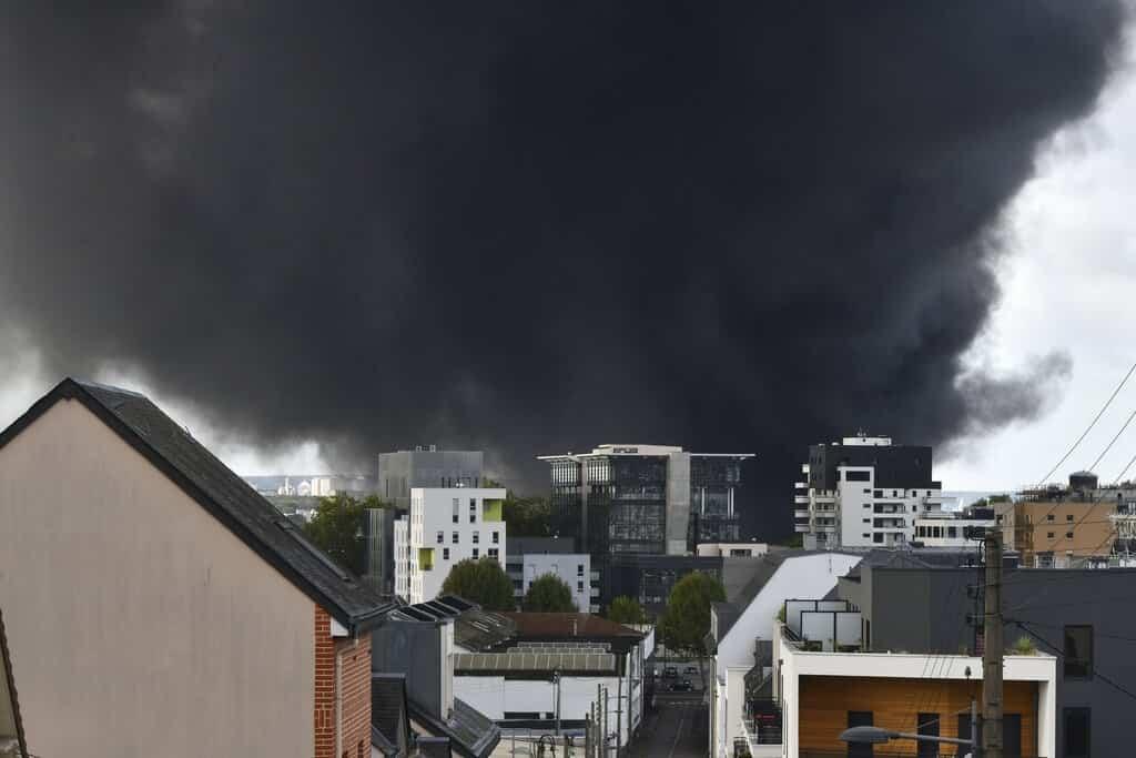 Violento incendio en Francia amenaza a vecinos de refinería