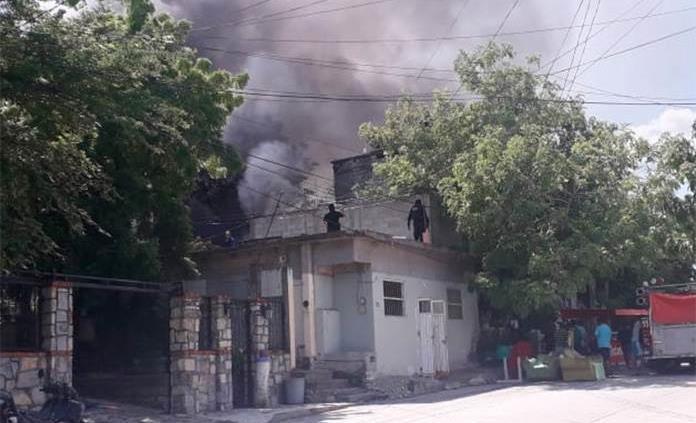 Presunto delincuente se atrinchera en vivienda, le prende fuego y muere quemado (Video)