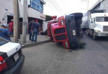 Vuelca tráiler cargado con varilla en la carretera a Rioverde