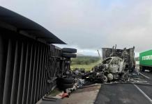 Tráiler cargado con estufas choca y se incendia en la carretera a Matehuala