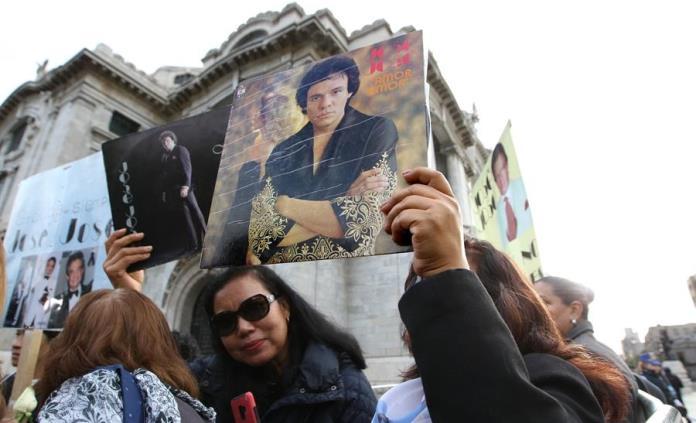 Fans cantan éxitos de José José afuera de Bellas Artes