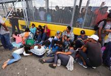 Migrantes acampan en puente fronterizo hacia Texas