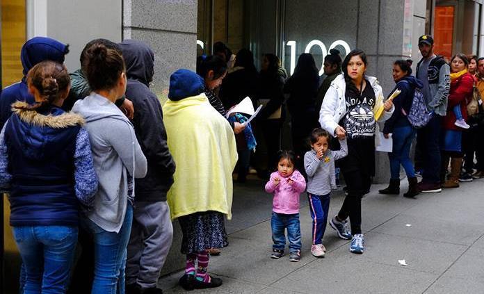 """Juez de NY impide negar """"green card"""" a inmigrantes pobres"""