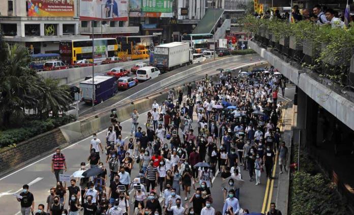 Enmascarados protestan de manera pacífica en Honk Kong