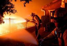 Miles de evacuados en Los Ángeles por incendio avivado por fuertes vientos