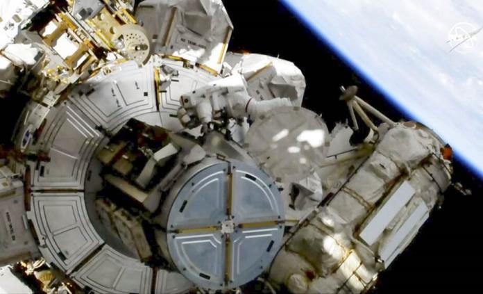 Reanudan reemplazo de baterías en estación espacial