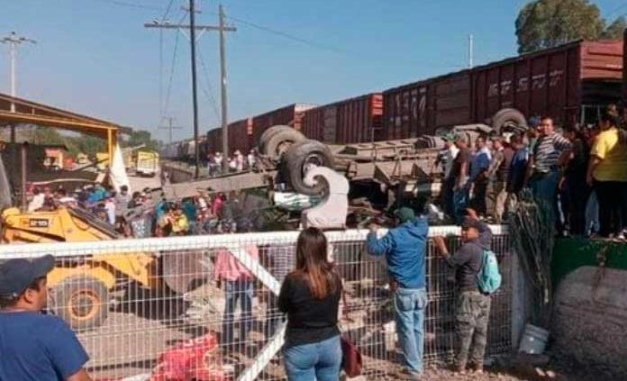 Camión trata de ganar el paso al tren y mueren nueve personas