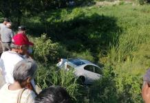 Vehículo donde viajaban dos adultos mayores cae a desnivel en Valles