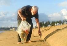 Primer ministro indio recoge basura de playa
