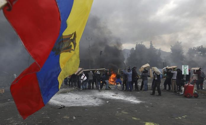 Imponen toque de queda y militarización en Quito
